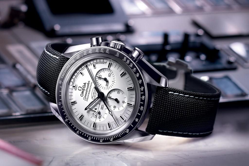 Omega-Speedmaster-Moonwatch-Professional-Silver-Snoopy-Award-Apollo-13-2